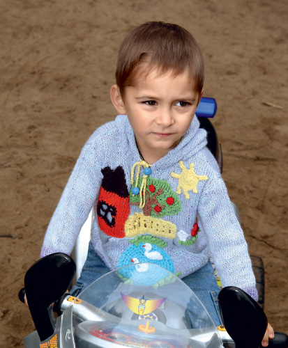 В таком свитере вашему непоседливому малышу будет комфортно строить дома в песочнице или осваивать велосипед даже в...