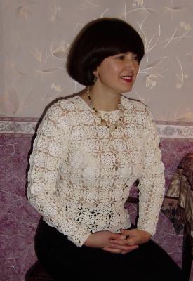 Джемпер из мотивов белых и цвета ванили.