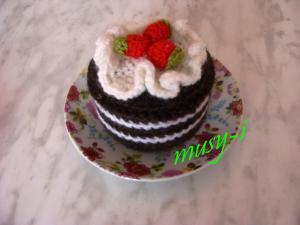пироженое шоколадное с ягодками