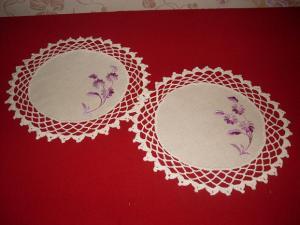 круглые салфетки с обвязкой крючком и вышивкой гладью