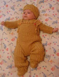Детский комплект(беретик,пинетки, кофточка, штанишки на лямках :))