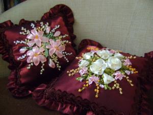 две подушки, Вышивка лентами