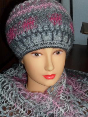 шапка и шарф-палантин, связанные на вилке