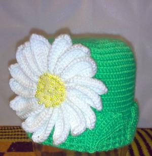 шапка с ромашкой